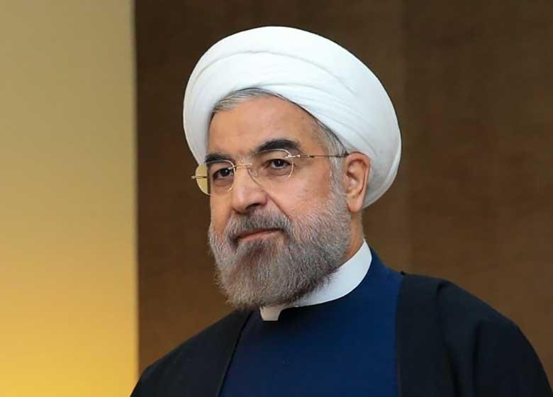 روحانی با پروژه های دیگران عکس یادگاری می گیرد