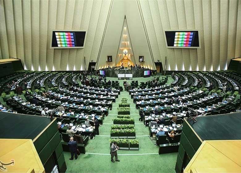 ۱۱ نفر از نمایندگان با تأخیر در صحن علنی مجلس حضور یافتند