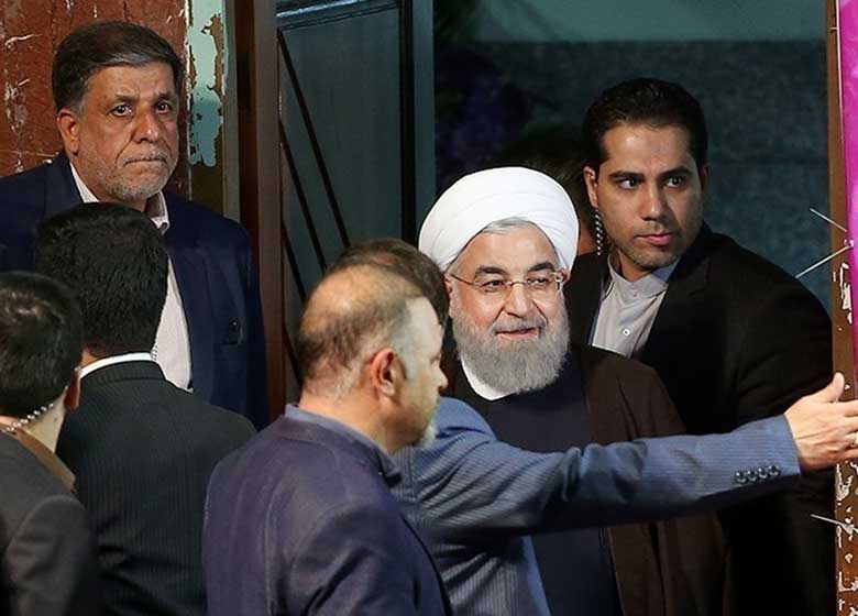 وام ۱۰ میلیونی به «دهیاران»،پس از تهدید روستائیان/ روحانی شب انتخابات دست به جیب شد!