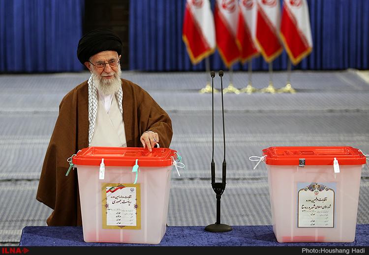 مقام معظم رهبری رای خود را به صندوق انداختند