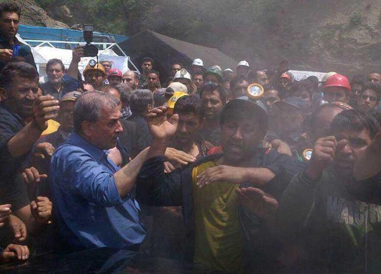 آسوشیتدپرس: معدنچیان خشمگین به خودروی روحانی یورش بردند