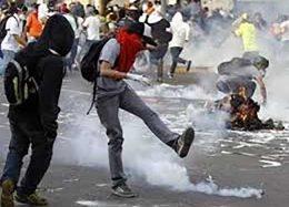 تظاهراتکنندگان در ونزوئلا یک مرد جوان را سوزاندند