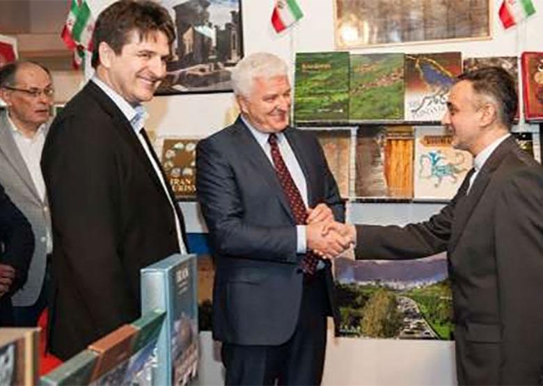 بازدید نخست وزیر مونته نگرو ازغرفه ایران در نمایشگاه بین المللی کتاب پودگوریتسا