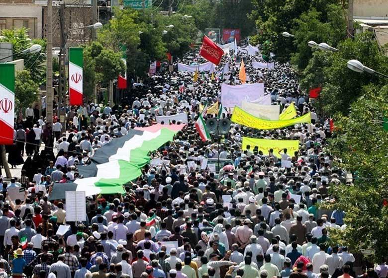 قیام روزهداران تهرانی برای آزادی قدس/حضور پررنگ چهرههای مختلف سیاسی/نمایش موشکهای اقتدار در میدان فردوسی + تصاویر