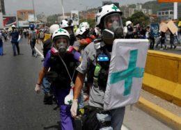 امدادرسانی به معترضان ضددولتی ونزوئلا با پای پیاده و موتورسیکلت