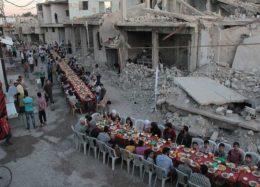 افطار غیرنظامیان سوری در کنار ویرانههای جنگ