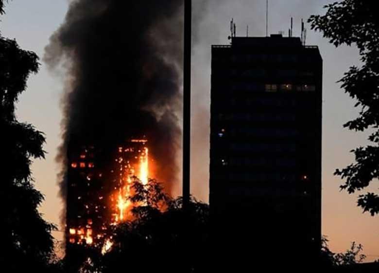 بیبیسی به نقل از شاهدان: برج مسکونی لندن در حال فرو ریختن است