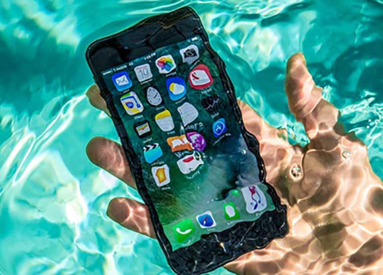 موبایل باز هم قربانی گرفت!/ مرگ دختر نوجوان بخاطر استفاده از تلفن همراه در حمام