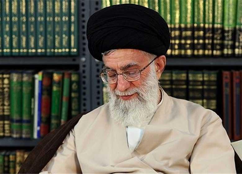 اهدای قرآن از سوی رهبر انقلاب به زوج کتابدار