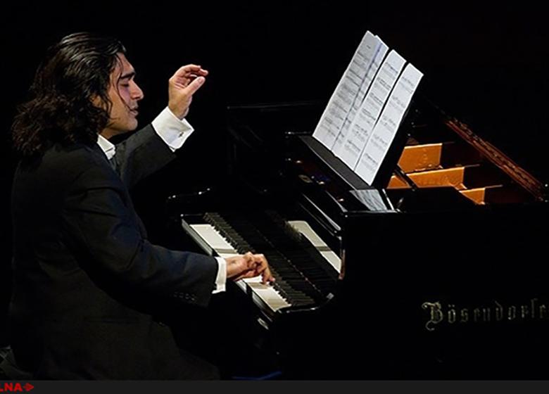 اجرای سامان احتشامی همراه با ۸۰ پیانیست