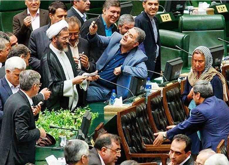 روزنامه جمهوری اسلامی: وزیرخارجه با معاون خود در باره سلفی با موگرینی برخورد کند