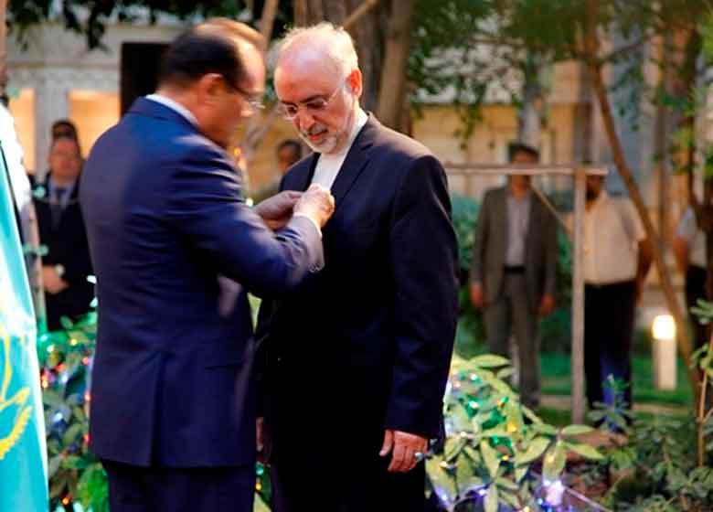 نشان افتخار رییس جمهوری قزاقستان به صالحی اهدا شد