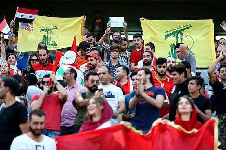 تصویر پرچم حزبالله لبنان در جایگاه تماشاگران سوریهای در ورزشگاه آزادی