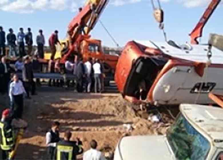 هویت هشت نفر از اجساد سقوط اتوبوس به دره در جاجرود مشخص و جواز دفن صادر شد/اسامی