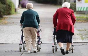 زنگ خطر پیری در جهان: کدام کشورها در خطرند؟ روند پیری جمعیت در ایران چگونه است؟