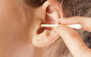 پاک کردن گوش و تمیز کردن جرم آن چه ضررهایی برای سلامتی دارد؟