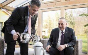 جنجال چای ریختنِ وزیر خارجه آلمان برای چاووش اوغلو