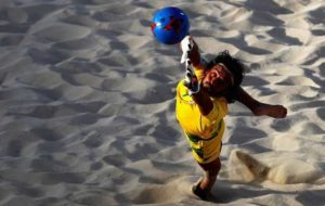 پیمان حسینی: توپهای جدید فوتبال ساحلی دچار تغییر جهت ناگهانی میشوند