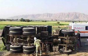 واژگونی کامیون و نشت گازوییل به سطح جاده