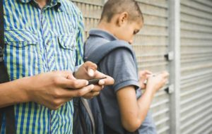 ارتباط سطح نمرات دانشآموزان با میزان استفاده از گوشیهای هوشمند