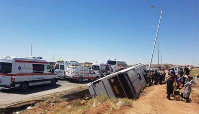 واژگونی اتوبوس کارکنان شرکت نفت با یک کشته و ٢٢ مصدوم