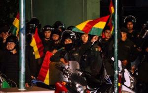 دهها تن از افسران پلیس بولیوی به متعرضان پیوستند