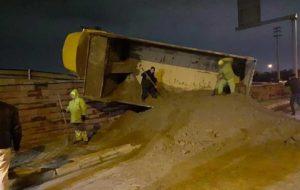 واژگونی کامیون در بزرگراه فتح