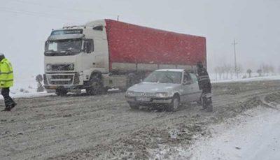 بارش برف و باران در محورهای ۱۱ استان