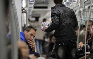 مردم از دستفروشان مترو خرید نکنند