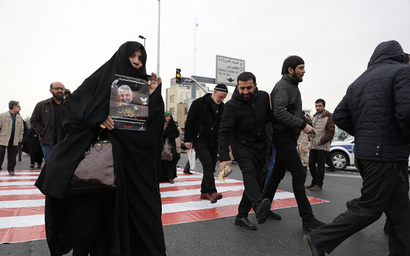 از سربند با منتقم تا راه رفتن روی پرچم آمریکا در حاشیه نماز جمعه (تصاویر)
