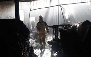 آتشسوزی گسترده در کارگاه چوببری (تصاویر)