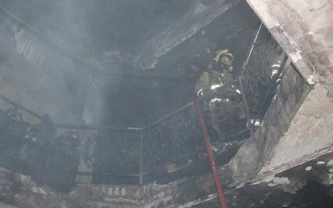 منزل قدیمی ۳ طبقه در محله نظام آباد در آتش سوخت