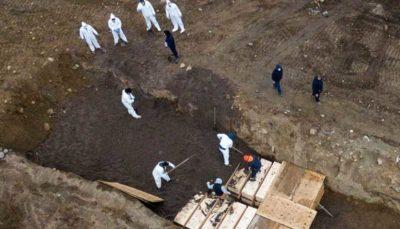 دفن قربانیان کرونا در گورهای دسته جمعی (تصاویر)