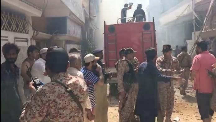 سقوط هواپیمای مسافربری پاکستانی در نزدیکی شهر کراچی/ ۱۰۷ نفر کشته شدند/ هواپیما روی منازل مسکونی سقوط کرد + تصاویر