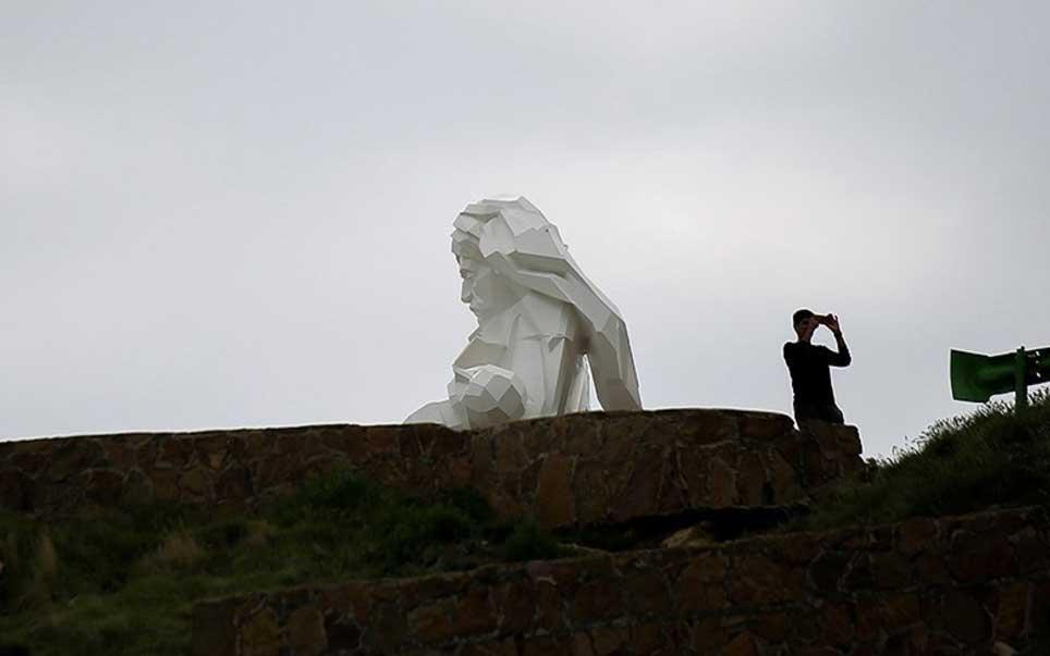 008 مجسمهساز کردستانی, بزرگترین تندیس, جنگ تحمیلی