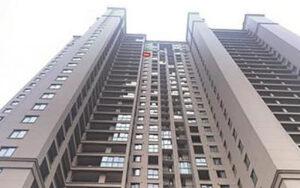 زنده ماندن کودک چینی پس از سقوط از طبقه ۲۹ برج