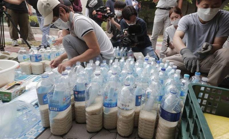 ارسال بطریهای برنج از طریق امواج دریا به کره شمالی! /تصاویر