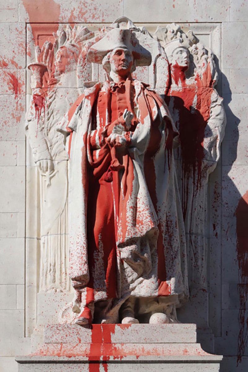 پاشیدن رنگ قرمز به مجسمه اولین رئیسجمهور آمریکا/ تصویر