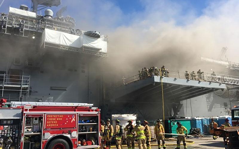 جهنمی از آتش در کشتی آمریکایی/ «بونهام ریچارد» در حال کج شدن است/عکس وفیلم