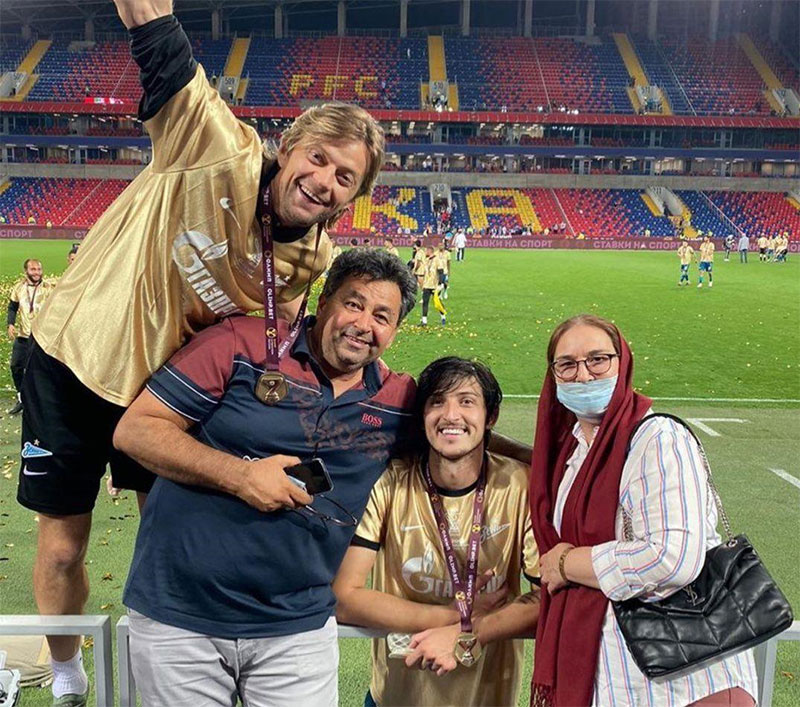 جشن قهرمانی سردار آزمون در کنار پدر و مادرش/عکس