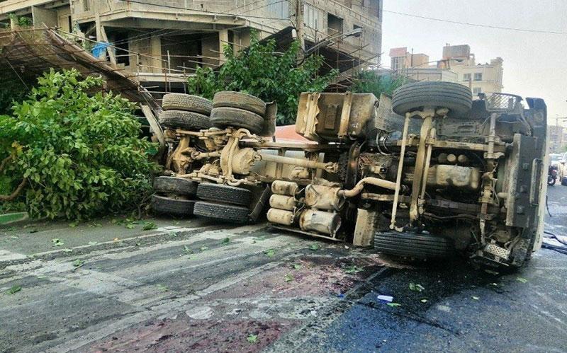 واژگونی میکسر حامل بتن پس از تصادف با ۲ خودرو در شمال تهران / تصاویر