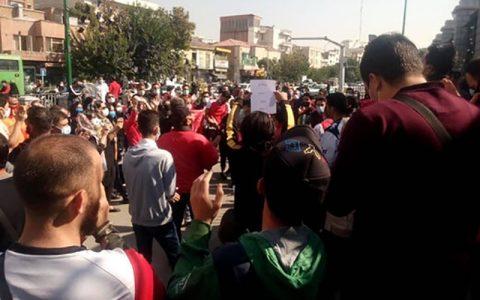 تجمع تعدادی از هواداران پرسپولیس مقابل باشگاه