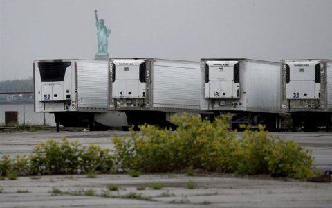 نگهداری اجساد صدها قربانی کرونا در کامیونهای یخچالدار اجساد صدها قربانی کرونا, کامیونهای یخچالدار