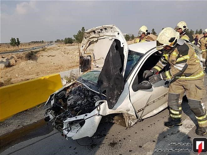 آتش گرفتن پژو ۲۰۶ واژگون شده در آزادراه تهران ـ قم/ تصاویر