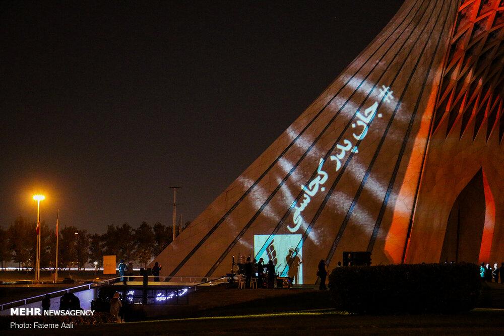 نورپردازی برج آزادی برای همدردی با افغانستان