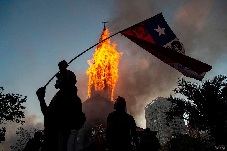 Chile Protest GettyImages 1229158031 برترین عکس های رسانه ای جهان, بهترین عکس خبری, بهترین عکس های جهان, گزارش تصویری
