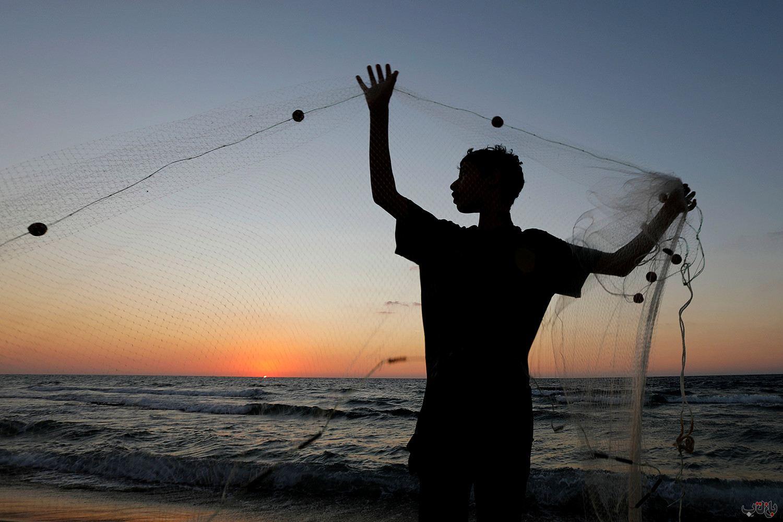 Gaza Strip Fisherman 2020 10 05T182906Z 417277233 RC2GCJ9JNSKG RTRMADP 3 HEALTH CORONAVIRUS GAZA برترین عکس های رسانه ای جهان, بهترین عکس خبری, بهترین عکس های جهان, گزارش تصویری