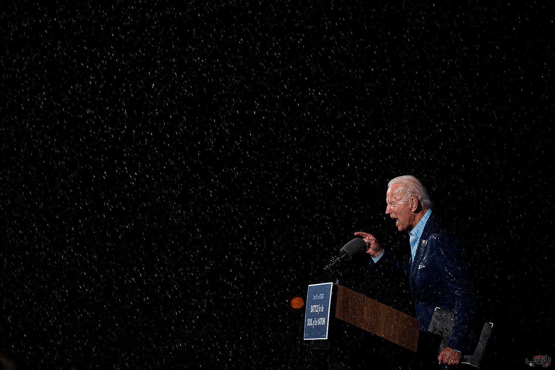 Joe Biden Rain Election GettyImages 1229350927 برترین عکس های رسانه ای جهان, بهترین عکس خبری, بهترین عکس های جهان, گزارش تصویری