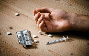 چشمان بسته نظام سلامت کشور و جولان متادون در میان معتادان/ مصرف زیانبار متادون؛ گرفتاری جدیدی که معتادان اسیرش می شوند