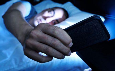 6 دلیل مهم برای عدم استفاده از گوشی هوشمند هنگام شب ملاتونین, گوشی هوشمند, نور مصنوعی